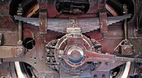 老火车的轮子和春天 免版税库存图片