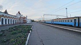 老火车站和人民前进电车和人bycicle和鸟飞行的在天空 影视素材