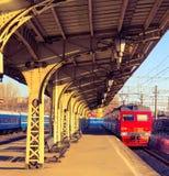 老火车站和trainn 库存照片