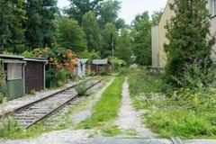 老火车轨道在abandonend产业区域 图库摄影