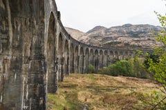 老火车铁路被成拱形的桥梁 库存图片