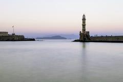 老灯塔在日落的一个安静的港口 干尼亚州 库存照片