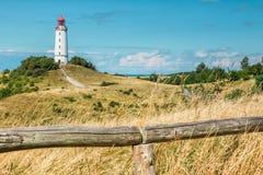 老灯塔Dornbusch在晴朗的夏日 因塞尔希登塞,波罗的海 免版税图库摄影