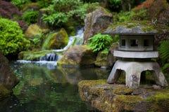 岩石灯笼在波特兰日本人庭院里 库存图片