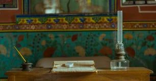 老灯笼,笔,桌 免版税库存图片