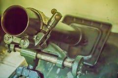 老灰浆由一块基座平板、桶包括后膛的和bipod组成和有能力在运输上由人的81 mm枪 库存图片