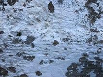 老灰色具体水泥的纹理涂了灰泥有镇压凹痕的墙壁在孔网和离婚、分裂的片断和白色 库存图片
