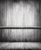 老灰色在木墙壁上的难看的东西空的书sheves 库存图片