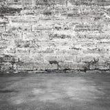 老灰色混凝土墙和沥青路面 免版税库存图片