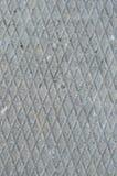 老灰色风化了具体板材,概略的难看的东西摘要水泥瓦片纹理对角凹线样式宏观特写镜头,垂直 免版税库存图片