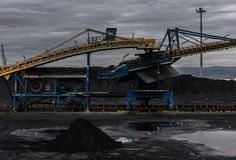 老煤炭工厂在塔拉贡纳港口 库存图片