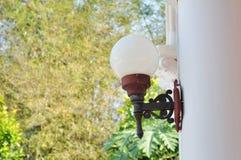 老照明设备是杆大厦。 库存图片