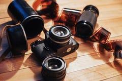 老照片影片和模式照相机在桌上 卷摄影 美好的葡萄酒设计 库存图片