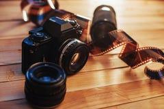 老照片影片和模式照相机在桌上 卷摄影 美好的葡萄酒设计 免版税库存照片