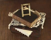 老照片框架和书在箱子 免版税库存照片