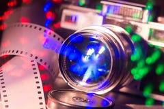 老照片照相机特写镜头与金属颜色的 把35 mm录音运动 库存照片