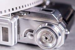 老照片照相机特写镜头和照片摄制在backgro的35 mm 免版税库存照片