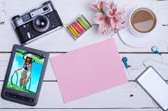 老照片照相机,压片一张木桌,顶视图 库存照片