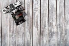 老照片胶卷、卡式磁带和减速火箭的照相机在背景 免版税图库摄影