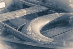 老照片葡萄酒 在木码头的一些条老简单的小船 免版税库存照片