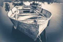 老照片葡萄酒 在木码头的一些条老简单的小船 图库摄影