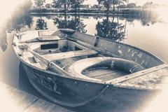 老照片葡萄酒 在木码头的一些条老简单的小船 免版税库存图片