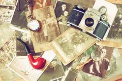 老照相机、古色古香的照片和老口袋时钟顶视图  图库摄影