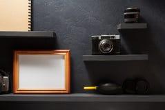老照相机和图片在架子 图库摄影