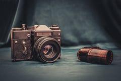 老照相机和影片在桌上 库存图片
