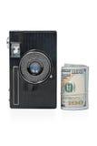 老照相机和捆绑金钱 免版税库存图片