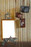 老照相机和照片框架 免版税库存照片