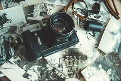 老照相机和照片 免版税图库摄影