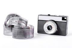 老照相机和磁带在白色背景 免版税库存图片
