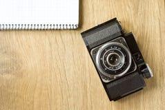 老照相机和笔记薄 免版税库存图片