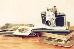 老照相机,古色古香的照片顶视图  免版税图库摄影