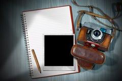老照相机-立即照片框架和笔记本 图库摄影