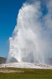 老爆发忠实的喷泉 库存照片