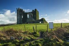 老爱尔兰城堡废墟在中午期间的一个晴天 库存照片