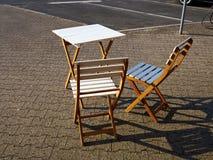 老牌咖啡桌和椅子 免版税库存图片