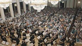 老牌在小提琴乐队音乐会期间的音乐厅概要 全部人 股票视频