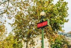 老牌地铁签到有建筑学的巴黎在背景,法国中 免版税库存图片