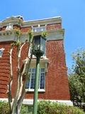 老牌城市灯岗位在历史的赫尔南多县法院大楼外面在布鲁克斯维尔FL 库存图片