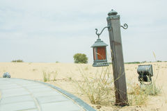 老牌打火机在方式附近的沙漠 库存图片