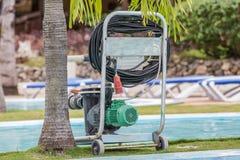 老牌技术清洗电子泵浦的游泳池 库存照片