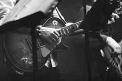 老牌摇滚乐背景,吉他演奏员 库存照片