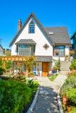 老牌有环境美化的前院和路的家庭房子对入口 库存照片