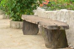 老牌木椅子在庭院里 免版税库存图片