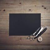 老牌理发师工具和黑页 库存照片