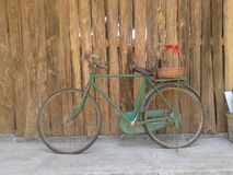 老牌生锈的绿色自行车和木墙壁 库存图片