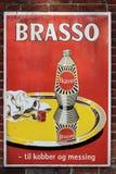 老牌罐子广告委员会在Brasso金属的丹麦在墙壁上擦亮 免版税库存图片